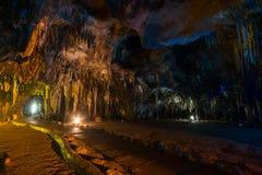 Estalactita en interior de la cueva con la luz del color en la cueva del compartimiento de Khao Foto de archivo libre de regalías