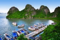 Estalactitas en la bahía de Halong Fotos de archivo libres de regalías