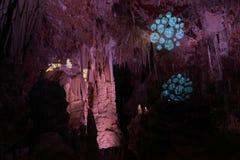 Estalactitas ligeras de la demostración en una cueva Fotos de archivo libres de regalías