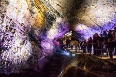 Estalactitas multicoloras iluminadas en la cueva HAN-SUR-LESSE Imagen de archivo