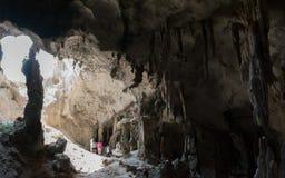 Estalactites bonitas dos estalagmites na caverna em Krabi Fotografia de Stock Royalty Free