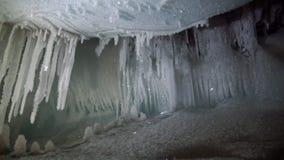 Estalactites e estalagmites do gelo na caverna de gelo filme
