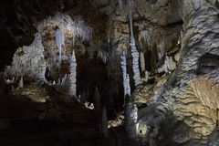 Estalagmitas y estalactitas hermosas en la cueva Foto de archivo libre de regalías