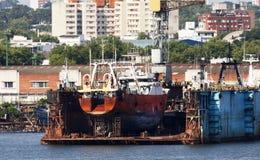 Estaleiro da doca seca no porto de Montevideo, Uruguai Navio velho sob reparos Fotografia de Stock