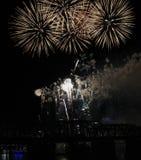 Estallar los fuegos artificiales blancos sobre el horizonte de Cincinnati Fotografía de archivo libre de regalías