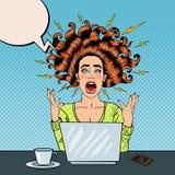 Estallido Art Aggressive Furious Screaming Woman con el ordenador portátil en el trabajo de oficina Fotografía de archivo libre de regalías