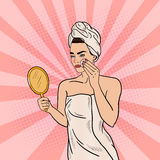 Estallido Art Beautiful Woman Removing Makeup de su cara en cuarto de baño stock de ilustración