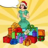 Estallido Art Happy Woman en Santa Hat con las cajas y Champagne Glass grandes de regalo Imagen de archivo libre de regalías