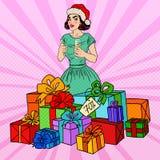 Estallido Art Happy Woman en Santa Hat con las cajas y Champagne Glass grandes de regalo Fotografía de archivo libre de regalías