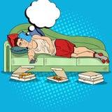 Estallido Art Lazy Man Lying en el sofá y la TV de observación con la pizza Imagen de archivo libre de regalías