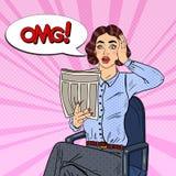 Estallido Art Shocked Woman Reading un periódico Malas noticias Imagenes de archivo