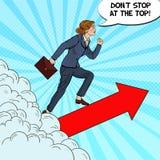 Estallido Art Successful Business Woman Walking al top a través de las nubes Foto de archivo