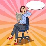 Estallido Art Surprised Business Woman Reading un periódico Malas noticias Fotos de archivo