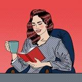 Estallido Art Woman Reading Book y café de consumición Foto de archivo