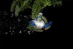 Estallido de la bola de la Navidad Brillos que bajan abajo Foto de archivo libre de regalías