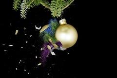 Estallido de la bola de la Navidad El caer coloreada de los brillos Imagen de archivo libre de regalías
