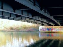 Estallido debajo del puente foto de archivo