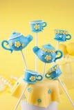 Estallidos de la tetera y de la torta de la taza de té Imagen de archivo libre de regalías