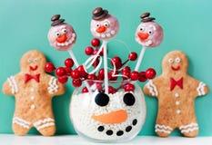 Estallidos de la torta del muñeco de nieve y galletas del hombre de pan de jengibre Fotografía de archivo