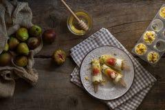 Estallidos del helado hechos con los higos frescos en una tabla de madera rústica Su imagen de archivo