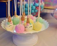 Estallidos temáticos de la torta del partido del unicornio foto de archivo libre de regalías