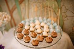 Estallidos y dulces de la torta del postre de la boda Imagen de archivo libre de regalías