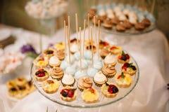 Estallidos y dulces de la torta del postre de la boda Fotografía de archivo libre de regalías
