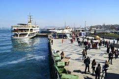 Estambul balsea, Eminonu que espera en el puerto Fotografía de archivo