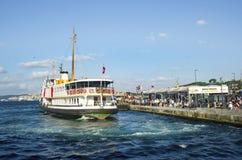 Estambul balsea Eminonu que espera en el puerto Imagen de archivo