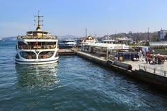 Estambul balsea Eminonu que espera en el puerto Imagenes de archivo