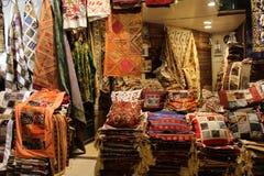 Estambul - 12 de marzo de 2016: El bazar magnífico, considerado ser la alameda de compras más vieja de la historia con sobre 1200 Foto de archivo libre de regalías