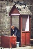 ESTAMBUL - 20 DE MAYO: Un vendedor de la comida de la paloma de la calle el 20 de mayo de 2015 adentro Imagenes de archivo
