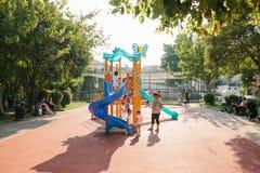 Estambul, el 14 de junio de 2017: Abra el patio en Estambul, Turquía Se divierte el desarrollo de niños Relájese con el conjunto Fotos de archivo
