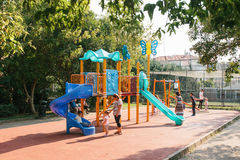 Estambul, el 14 de junio de 2017: Abra el patio en Estambul, Turquía Se divierte el desarrollo de niños Relájese con el conjunto Imagenes de archivo