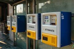 Estambul, el 15 de junio de 2017: Máquina expendedora del boleto del transporte público de la compañía de Jentomatik Cerca del pu Foto de archivo libre de regalías