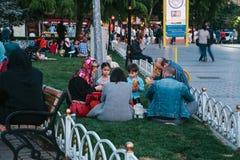 Estambul, el 16 de junio de 2017: Mucha gente de la religión islámica toma la comida en el cuadrado de Sultanahmet al lado de la  Fotos de archivo