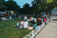 Estambul, el 16 de junio de 2017: Mucha gente de la religión islámica toma la comida en el cuadrado de Sultanahmet al lado de la  Foto de archivo libre de regalías
