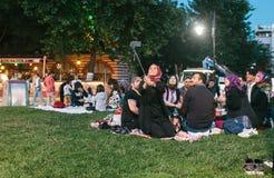 Estambul, el 16 de junio de 2017: Mucha gente de la religión islámica toma la comida en el sultanahmet de la plaza al lado de la  Fotos de archivo libres de regalías