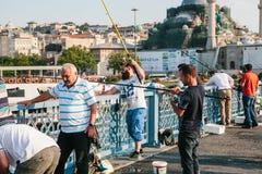Estambul, el 15 de junio de 2017: Muchos pescadores de la población local se colocan en el puente y los pescados de Galata El tra Fotografía de archivo