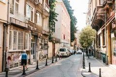 Estambul, el 14 de junio de 2017: Opinión de Pespective abajo del camino en la calle del paso con los vehículos parqueados en el  Fotos de archivo