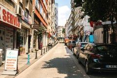 Estambul, el 14 de junio de 2017: Opinión de Pespective abajo del camino en la calle del paso con los vehículos parqueados en el  Imagenes de archivo