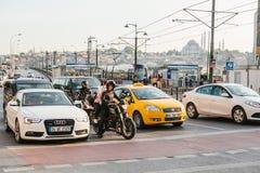 Estambul, el 15 de junio de 2017: Tráfico en la ciudad Mucho transporte incluyendo los taxis, matocycles se coloca en los cruces  Fotografía de archivo libre de regalías