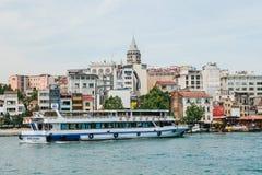 Estambul, el 17 de junio de 2017: Velas del transbordador de pasajero a lo largo del Bosphorus Transporte de pasajeros por el agu Foto de archivo