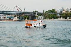 Estambul, el 17 de junio de 2017: Velas pequeñas de un buque en el Bosphorus Transporte de pasajeros por el agua Foto de archivo libre de regalías