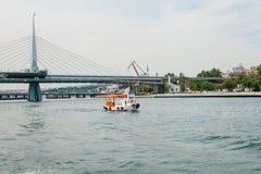 Estambul, el 17 de junio de 2017: Velas pequeñas de un buque en el Bosphorus Transporte de pasajeros por el agua Imagen de archivo