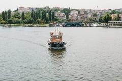Estambul, el 17 de junio de 2017: Velas pequeñas de un buque en el Bosphorus Transporte de pasajeros por el agua Fotos de archivo