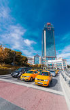 ESTAMBUL, EL 23 DE OCTUBRE DE 2014: Taxis cerca del área de Dolmabahce En Istan Foto de archivo libre de regalías