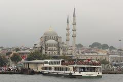 Estambul en Turquía con la nueva mezquita imagenes de archivo