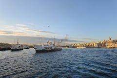 Estambul Galata Brdige y buques de vapor Imágenes de archivo libres de regalías