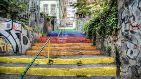 Estambul, Turquía - abril de 2014: Merdivenleri del gokkusagi de las escaleras del arco iris en Estambul, Turquía Imagen de archivo